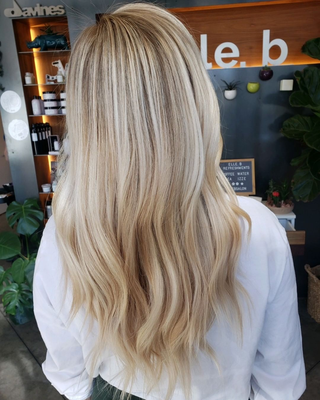 straight long blonde hairstyle