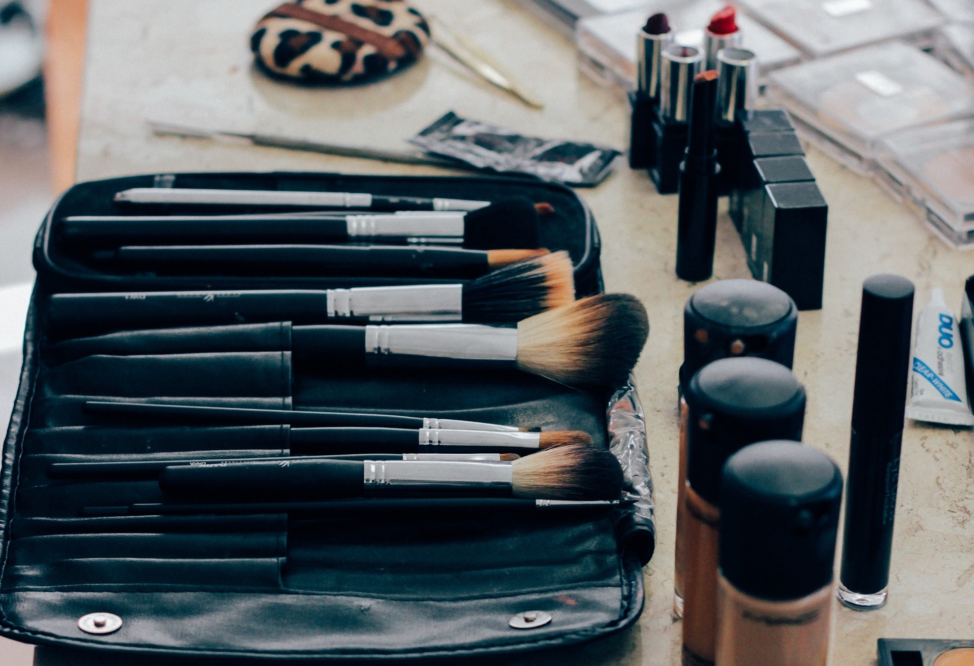 make up 1209798 1920 5 Tips for Wearing Makeup with Contact Lenses