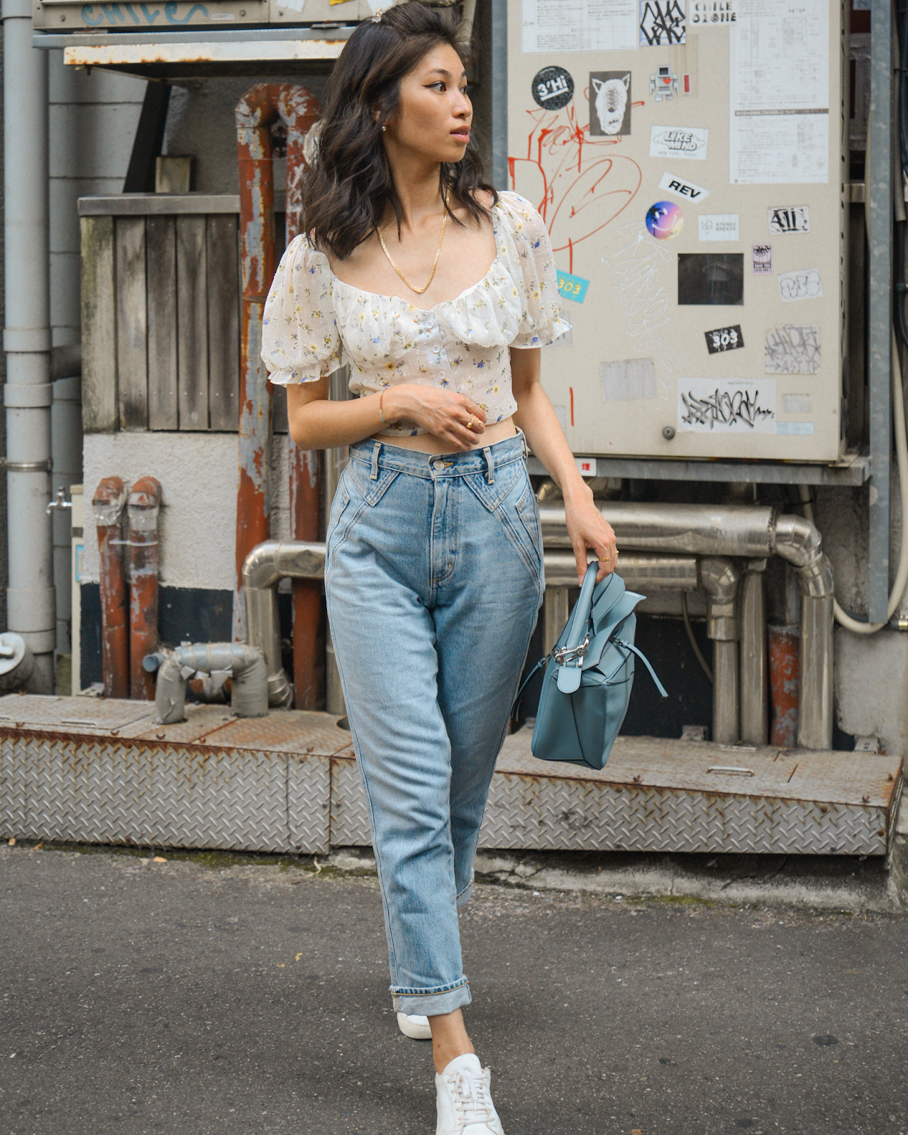 how to wear white sneakers with the latest fashion clothes herstylecode How to Wear White Sneakers: Styling Tips & Outfit Ideas (Female)