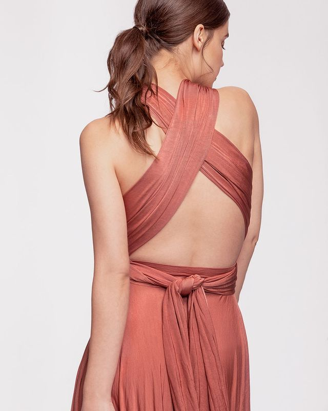 How to Wear an Infinity Dress With a Bra for a Perfect Fit