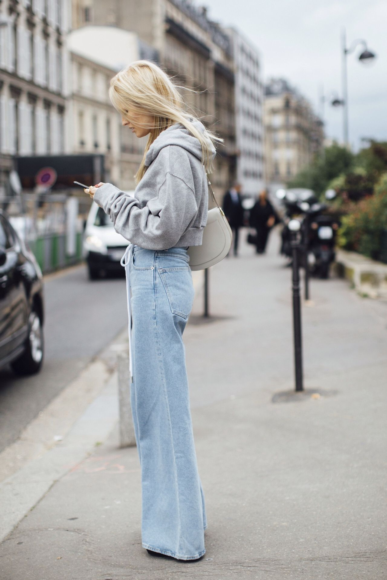 how to wear oversized sweatshirt outfits in the seasons trendy new ways herstylecode How to Wear Oversized Sweatshirt Outfits in the Season's Trendy New Ways