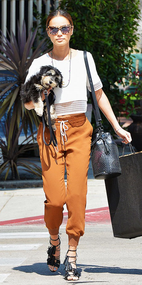 how to wear joggers in slim cut trendy new outfits herstylecode 16 How to Wear Joggers (Women's Style Guide): 25 Jogger Pants Outfit ideas