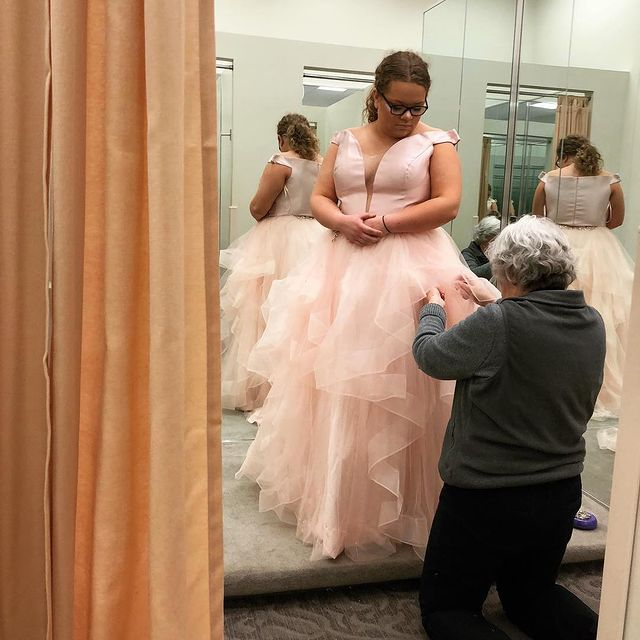how to choose the best plus size prom dresses look wonderful 60180e72ef23e How to Choose the Best Plus-Size Prom Dresses & Look Wonderful!