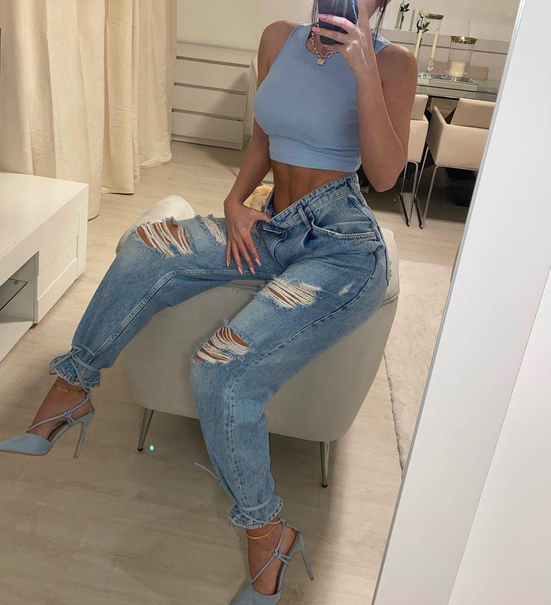 mmadalena.ramos 92325285 298056627843082 9076299741492736332 n How to wear Skinny Jeans with Y2K